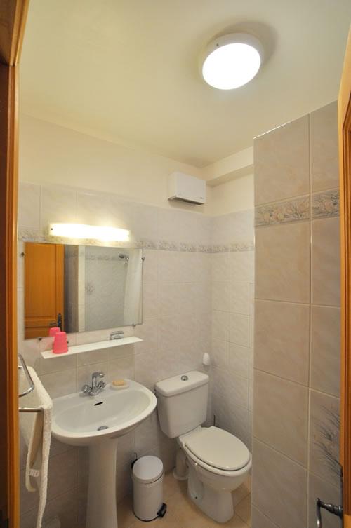 salle de douche dans la maison louer sur la c te d 39 azur. Black Bedroom Furniture Sets. Home Design Ideas